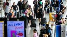 Пътници по време на началото на лятната ваканция в залата за заминаване на летище Schiphol , Холандия. Лятната почивка по традиция е най-натовареното време от годината на летището в Амстердам.
