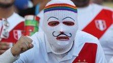Перуански фен по време на мача между Бразилия и Перу, на стадион Маракана в Рио де Жанейро, Бразилия.