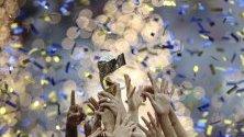 Футболисти на САЩ празнуват с трофея си по време на церемонията по финалната среща на ФИФА за Световната купа 2019 между САЩ и Холандия в Лион, Франция.