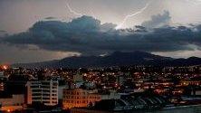 Гледка на гръмотевична буря в южната част на град Гватемала.
