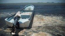 Изглед на замърсената вода в Оахака, Мексико. Около 35 хиляди хектара лагуна са замърсени с черни води, които преминават през каналите на Джукитан и причиняват смърт на рибите.