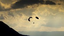 Парапланер лети над Женевското езеро по време на 53-ия Джаз Фестивал в Монтрьо, Швейцария.