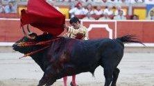 Испанският тореадор Емилио де Хуста по време на борбата с биковете на Памплона в Памплона, Навара, Испания.
