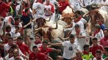 Преследване на бикове по време на третия Еncierro, или бягане с бикове, на празниците Sanfermines в Памплона, Испания.Преследване на бикове по време на третия Еncierro,  по време на празниците Sanfermines в Памплона, Испания.