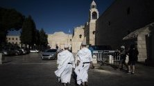 Християнски свещеници на площад Майнджър до църквата Рождество Христово в град Витлеем. Църквата е вписана в списъка на световното културно наследство на ЮНЕСКО през 2012 г. и е поставена в неговия застрашен списък, поради лошото си състояние.