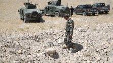 Служители на сигурността патрулират по време на операция срещу заподозрени бойци в Афганистан.