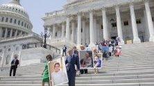 Председателят на Демократическата къща Нанси Пелоси и лидерът на малцинствата в Сената на демократите Чък Шумер държат снимка на Емили Салцман. Това събитието в Капитолия е предизвикано след като администрацията на президента на САЩ Доналд Тръмп подкрепи съдебно дело в Тексас за премахване на съществуващи условия за защита в Закона за достъпни грижи.