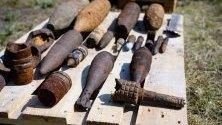 Стари боеприпаси от Втората световна война изложени в завод в Любтен, Германия.  Боеприпасите са открити на бивш военен полигон, където миналата седмица избухна пожар.