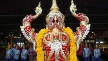 Кралски шлепове се излагат по време на церемонията преди Кралската процесия на кралските баржи в Банкок, Тайланд.