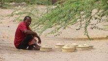 Човек в близост до обезвредени противопехотни мини, след като са били засадени от бунтовници от Хути в покрайнините на пристанищния град Ходейда, Йемен. През последните шест месеца 3500 противопехотни мини и експлозиви, за които се предполага, че са били засадени от бунтовниците от Хати в пристанищния град Ходейда, Йемен.