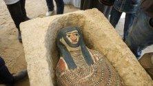 Археолози показват саркофаг, открит по време на археологически  разкопки в некропола Дахшур, на около 40 километра южно от Кайро, Египет.