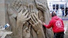 Резачи работят върху скулптурите си по време на Европейското първенство по пясъчни скулптури в  Холандия.Тазгодишната тема е 75 години свобода.