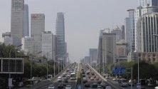 Превозни средства се движат по главен път в Пекин, Китай.