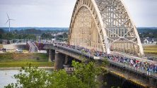 Участници пресичат мост над река Ваал, през първия ден на 103-тото издание на ежегодните Международни четиридневни походи, в Неймеген, Холандия. Събитието е най-голямото походно събитие в света.