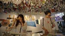 """Посетители разглеждат изложба """"Намаляване на отпадъците"""" във Френския културен център в Ханой, Виетнам."""