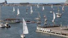 Гледката показва десетки лодки по време на Световното първенство по ветроходство в Испания. Събитието събира почти 100 лодки и 500 моряци от цял свят.