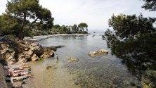 Хора се наслаждават на слънцето и морето в Антиб, Франция.