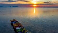 Слънцето изгрява над езерото Балатон, Унгария.