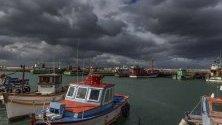 Черни облаци са надвиснали над пристанището  Калк Бей в Кейптаун, Южна Африка.