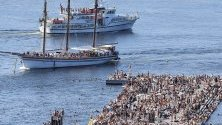 Круизни лодки плават близо до пристанище в Осло, Норвегия.