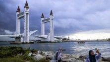 Първият подвижен мост в Куала Теренгану, Малайзия.