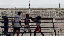 Тайландски затворници се боксират по време на спортни дни в Централен поправителен дом в провинция Патум Тани, Тайланд.