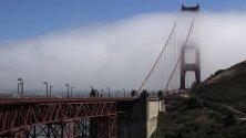 Мъгла се издига над мостът Голдън Гейт, Сан Франциско, Калифорния, САЩ.