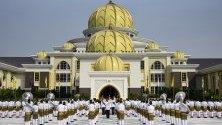 Снимката показва, как охраната отдава чест и поздравява новия коронясан крал на Малайзия Sultan of Pahang Al-Sultan Abdullah Ri`ayatuddin Al-Mustafa Billah Shah в Нациолналният дворец в Куала Лумпур, Малайзия.
