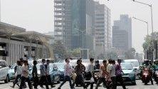 Индонезийци пресичат главна улица в Джакарта, Индонезия.