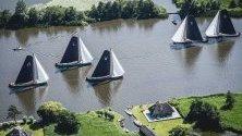 Традиционно състезание  Skutsjesilen на езеро Earnewald , Фризия, Холандия. Състезанието по ветроходство привлича много посетители.
