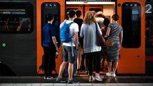 Пътници се качват в метрото в Дюселдорф, Германия.