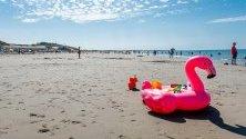 Хора се наслаждават на слънчев ден на плажа Banjaard в Noord-Beveland, Холандия. Плажът Banjaard е обявен за най-чистия плаж на страната.