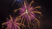 Фойерверки осветяват небето в Базел, Швейцария, в навечерието на националния ден на Швейцария.