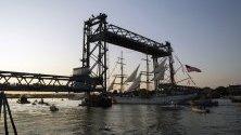 Бреговата охрана на Съединените щати отплава под мемориалния мост на Портсмут , като се подготвя да участва във фестивала Sail Portsmouth в Портсмут, Ню Хемпшир, САЩ.