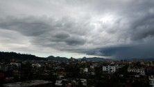 Тъмни облаци покриват небето над Гувахати, Асам, Индия.