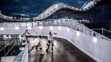 Спортисти, които се представят по време на световната премиера на крос спускането в парк Патриот в Москва, Русия.
