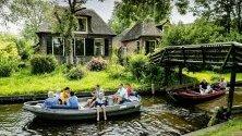 Tуристи  на обиколка с лодка в  Гитхорн,Холандия. Гитхорн е  познат още като града на каналите или холандската Венеция.