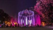 Хора разпускат пред музикалният фонтан на остров Маргит (Маргарет)  в Будапеща, Унгария.