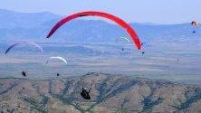 Участници летят с парапланерите си по време на 16-тото първенство по парапланеризъм край Крушево, Северна Македония.