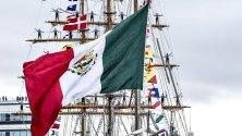 Мексиканският училищен кораб Cuauhtemoc, участващ в състезанията за високи кораби, на път за пристанище в  Орхус, Дания.