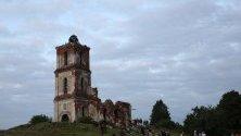 Хора слушат концерт пред руините на стара църква по време на фестивал в село Belaya Tserkov, Беларус.