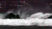 Вълна се разбива на плаж Haeundae в Пусан, , Южна Корея.