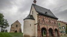 Имперско абатство Лорш, в Лорш ,Германия. Той е основан през 764 г. и до Средновековието е център на могъщество, духовност и култура. Манастирът Лорш е от 1991 г. в Списъка на световното културно и природно наследство на ЮНЕСКО.