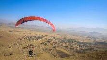 Афганистански парапланер лети в северната част на Кабул, Афганистан.