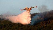 Боен самолет се бори с пламъците на  горски пожар в Сан Илдефонсо, Испания.