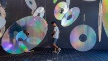 """Хора преминават през произведение на изкуството, наречено """"Многостабилно съхранение на данни"""" от испанския художник Felipe Pantone, което е част от изложба в музей в Брюксел, Белгия."""