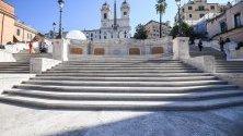 Испанските стълби, Рим, Италия. Монументалните 138 стъпала са построени от френския дипломат Стефано Гефие (Stefano Gueffier), за да свързват испанското посолство, което все още се намира там, с църквата отгоре.