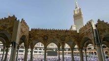 Мюсюлмански поклонници събрани около джамия, Саудитска Арабия.