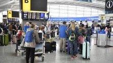 Пътниците чакат на Терминал 5 на летище Хийтроу, Лондон, Великобритания.