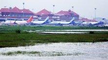 Наводнена площ от земя в близост до международното летище в Кочин в щата Керала, Индия. Mеждународното летище в Кочин, се превърна в първото летище в света, което се захранва изцяло от слънчева енергия.